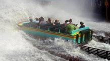 Guests riding AQUAMAN Splashdown