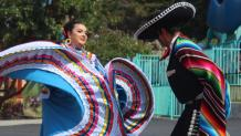 Couple folklorico dancers