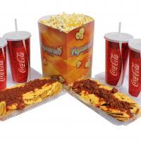 Palomitas con vasos Coca Cola y Hot dogs fondo blanco