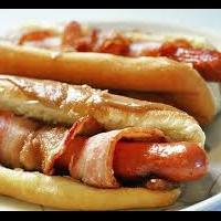 Hot Dog tocino servido en plato