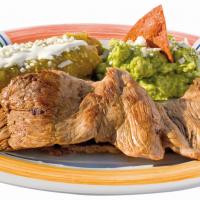 Platillo de tacos y carne con fondo blanco
